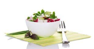 在碗的在餐巾的沙拉和叉子 免版税库存照片