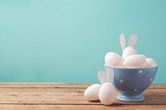 在碗的复活节彩蛋在与拷贝空间的木桌上 库存图片