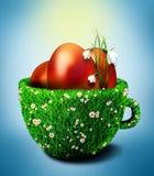 在碗的复活节彩蛋从草和camomiles 库存图片