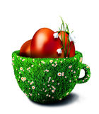 在碗的复活节彩蛋从草和camomiles 免版税库存照片