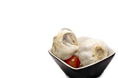 在碗的大蒜在白色背景 免版税库存图片