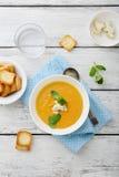 在碗的奶油色汤在木桌上 免版税库存照片