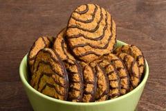 在碗的宏观巧克力曲奇饼 免版税库存照片