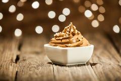 在碗的宏观布朗冰冻酸奶酪在木表上 库存图片