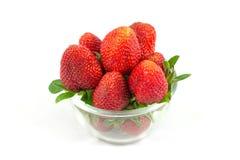 在碗的小草莓 免版税库存照片