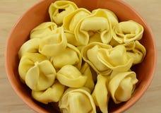 在碗的干未加工的意大利式饺子面团 免版税库存照片