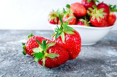 在碗的开胃草莓在灰色背景 免版税库存图片