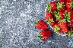 在碗的开胃草莓在灰色背景 库存图片