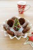 在碗的微型圣诞树用圣诞节曲奇饼 免版税库存照片