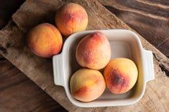 在碗的成熟桃子果子 库存图片