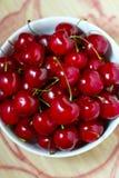 在碗的成熟甜红色樱桃 库存图片