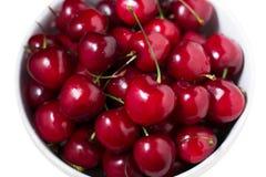 在碗的成熟甜红色樱桃 图库摄影
