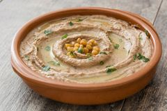 在碗的扁豆hummus在木头 免版税库存图片