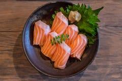 在碗的新鲜的三文鱼生鱼片 免版税库存照片