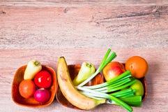 在碗的新鲜的健康食物 库存图片