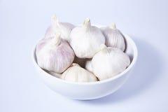 在碗的新鲜的大蒜在白色背景 免版税图库摄影