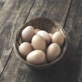 在碗的新鲜的有机自由放养的鸡蛋 免版税库存图片
