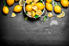 在碗的新鲜的柠檬 图库摄影