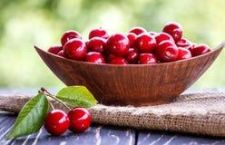 在碗的新鲜的樱桃在桌上 免版税库存照片