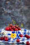 在碗的新鲜的湿酸樱桃 库存照片