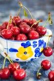 在碗的新鲜的湿酸樱桃 库存图片