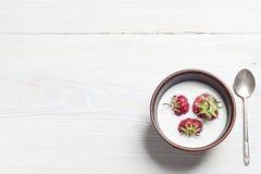在碗的新鲜的草莓在白色木桌上 库存图片
