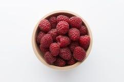 在碗的新鲜的莓在白色背景,顶视图 免版税图库摄影