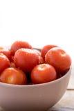 在碗的新鲜的西红柿在木背景 库存图片