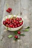 在碗的新鲜的酸樱桃 库存图片