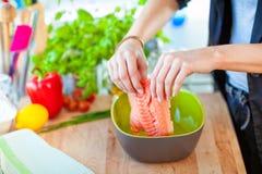 在碗的新鲜的鲑鱼排 免版税库存照片