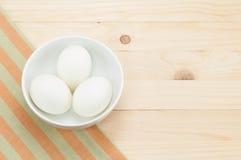 在碗的新鲜的鸭子鸡蛋在家庭用亚麻布和木头背景 库存图片