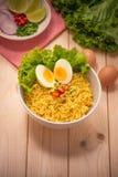 在碗的方便面有菜和煮沸的鸡蛋的在木头 免版税库存照片