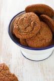 在碗的曲奇饼在白色木背景 库存图片
