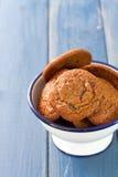 在碗的曲奇饼在蓝色背景 免版税图库摄影