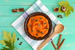 在碗的有机南瓜纯汁浓汤 饮食盘 免版税库存图片