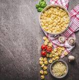在碗的未加工的意大利式饺子面团有成份的,为烹调准备在土气背景,顶视图 carpaccio烹调非常好的食物意大利生活方式豪华 库存照片