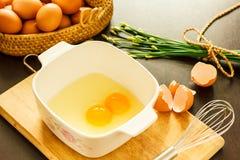 在碗的未加工的鸡蛋 图库摄影