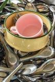 在碗的杯在匙子 免版税库存照片