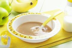 在碗的果子纯汁浓汤,婴儿食品 库存照片