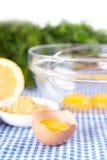 在碗的残破的鸡蛋用柠檬和芥末 库存图片