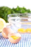 在碗的残破的鸡蛋用柠檬 免版税库存照片