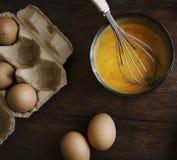 在碗的残破的鸡蛋 图库摄影