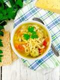 在碗的汤蔬菜通心粉汤在上面上 库存照片