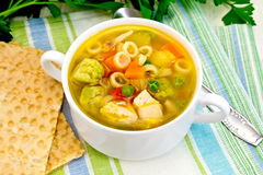 在碗的汤蔬菜通心粉汤在毛巾 免版税库存图片