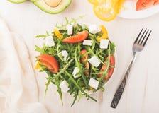 在碗的沙拉在一张木桌上 免版税库存图片