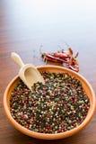 在碗的混杂的干胡椒 免版税库存照片