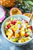 在碗的热带水果沙拉 图库摄影