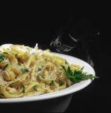 在碗的热的意大利细面条,有黑背景 库存照片