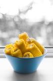 在碗的煮熟的玉米 库存图片