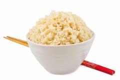 在碗的煮熟的糙米 库存图片